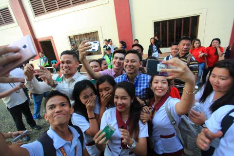 Senator Sonny Angara with students in Zamboanga