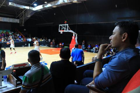 SBP Chairman Sonny Angara watches Gilas Pilipinas practice at the Meralco gym